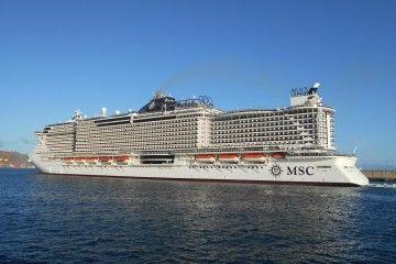 """El megacrucero """"MSC Seaview"""", esta tarde, a su salida del puerto de Santa Cruz de Tenerife"""