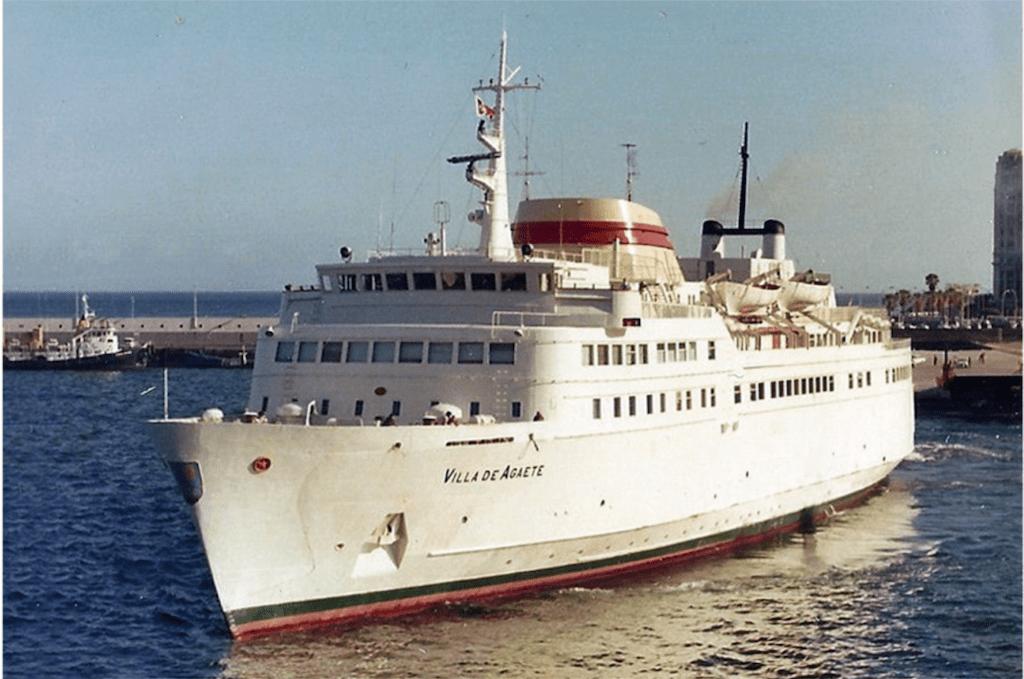 """El ferry """"Villa de Agaete"""", maniobrando en el puerto de Santa Cruz de Tenerife"""