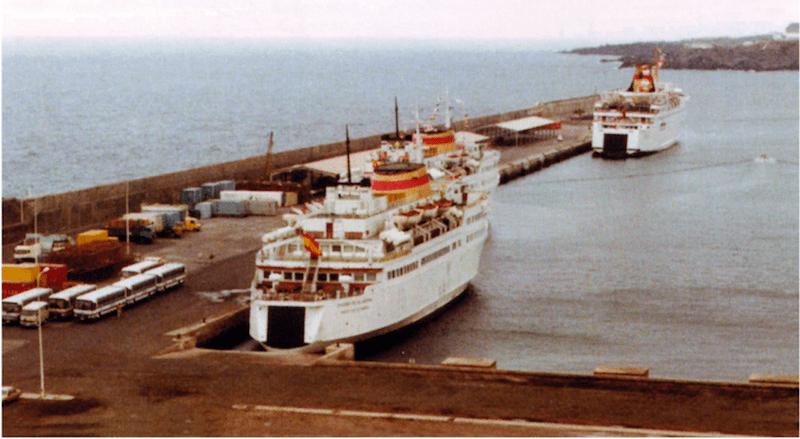 """""""Villa de Agaete"""", """"Ciudad de La Laguna"""" y """"Manuel Soto"""", atracados en Santa Cruz de La Palma (1985)"""