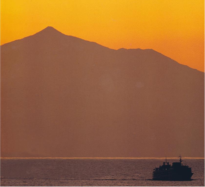 """El ferry """"Villa de Agaete"""", navegando al resguardo de El Teide"""