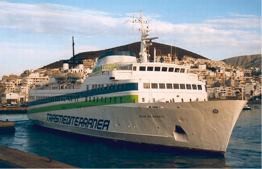 """El ferry """"Villa de Agaete"""", en el puerto de Los Cristianos"""