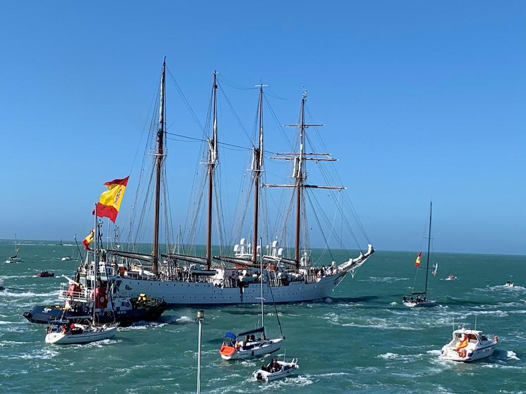 Como es tradición, zarpó acompañado de numerosas embarcaciones