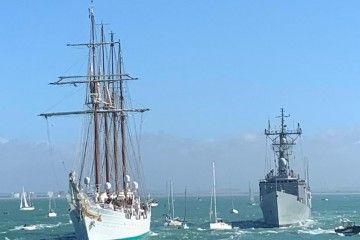 """El buque-escuela """"Juan Sebastián de Elcano"""", a su salida de Cádiz"""