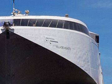 """El catamarán ya tiene grabado el nombre """"Villa de Agaete"""""""