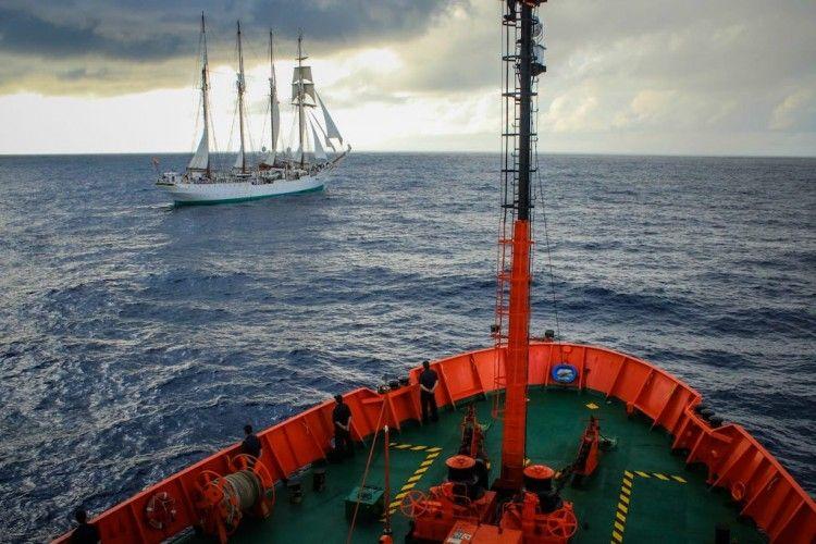 """El buque-escuela """"Juan Sebastián de Elcano"""", visto desde la proa del BIO """"Hespérides"""""""