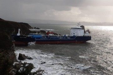 """El buque quimiquero """"Blue Star"""", en su trampa"""