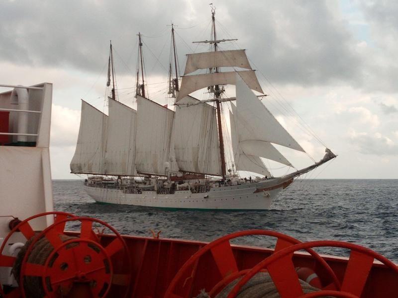 """El buque-escuela """"Juan Sebastián de Elcano"""", con el aparejo largo"""