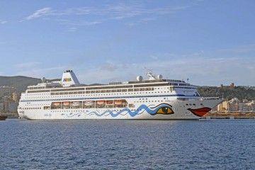 """El crucero de turismo """"AIDAmira"""" maniobra en el puerto de Palma de Mallorca"""