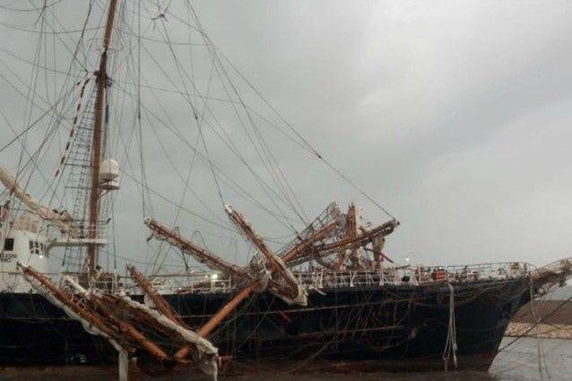 El temporal ha causado daños graves en la arboladura del buque