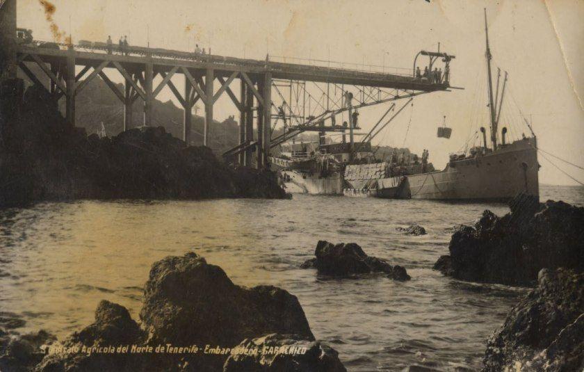 """El buque """"Sancho II"""", cargando fruta junto al pescante de Garachico"""
