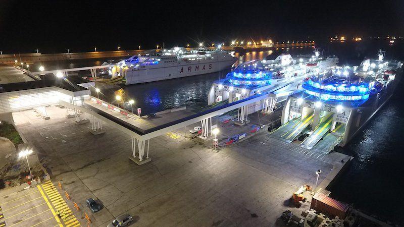 Visión nocturna de la terminal con tres barcos atracados