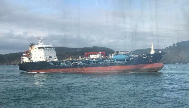 """El buque """"Blue Star"""", en el momento de flotar de nuevo"""