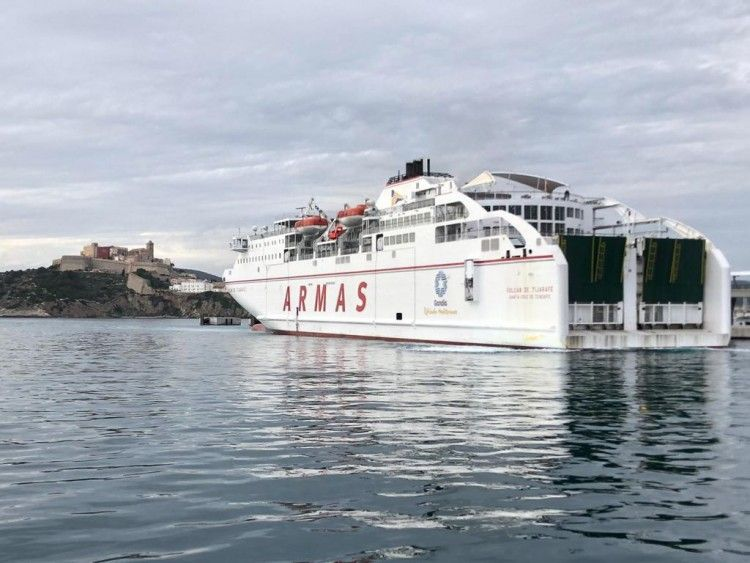 """El ferry """"Volcán de Tijarafe"""" maniobra en el puerto de Ibiza"""