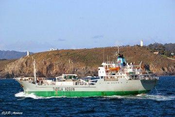 """Estampa marinera del buque cementero """"Cementos Cantábrico"""", saliendo de A Coruña"""