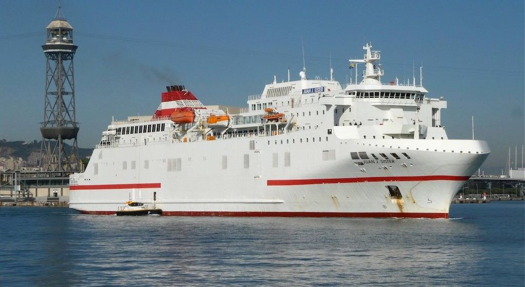 "El ferry ""Juan J. Sister"", a su salida, ayer, del puerto de Barcelona"