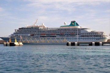 """El buque """"Amera"""", atracado en el muelle sur del puerto tinerfeño"""