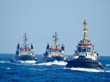 La comitiva de remolcadores, a su llegada a Las Palmas de Gran Canaria