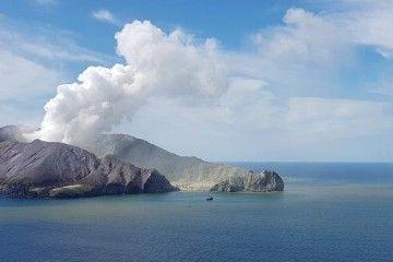 La erupción sorpresiva del volcán neozelandés deja trece muertos y una treintena de turistas heridos