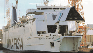 """El buque """"Isla de Botafoc"""", en el puerto de Barcelona, con el yelmo de proa levantado"""