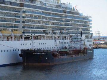 """La barcaza """"Spabunker Treinta"""", en el puerto de de Santa Cruz de Tenerife"""