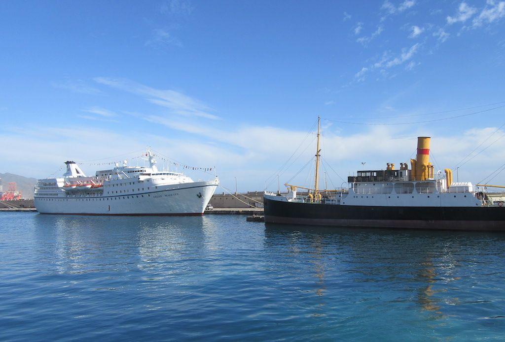 Dos generaciones de Compañía Trasmediterránea coinciden en el puerto de Santa Cruz de Tenerife