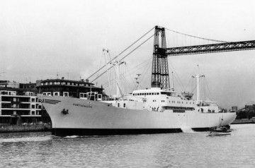"""El buque frigorífico """"Portugalete"""", a su salida por la ría del Nervión"""