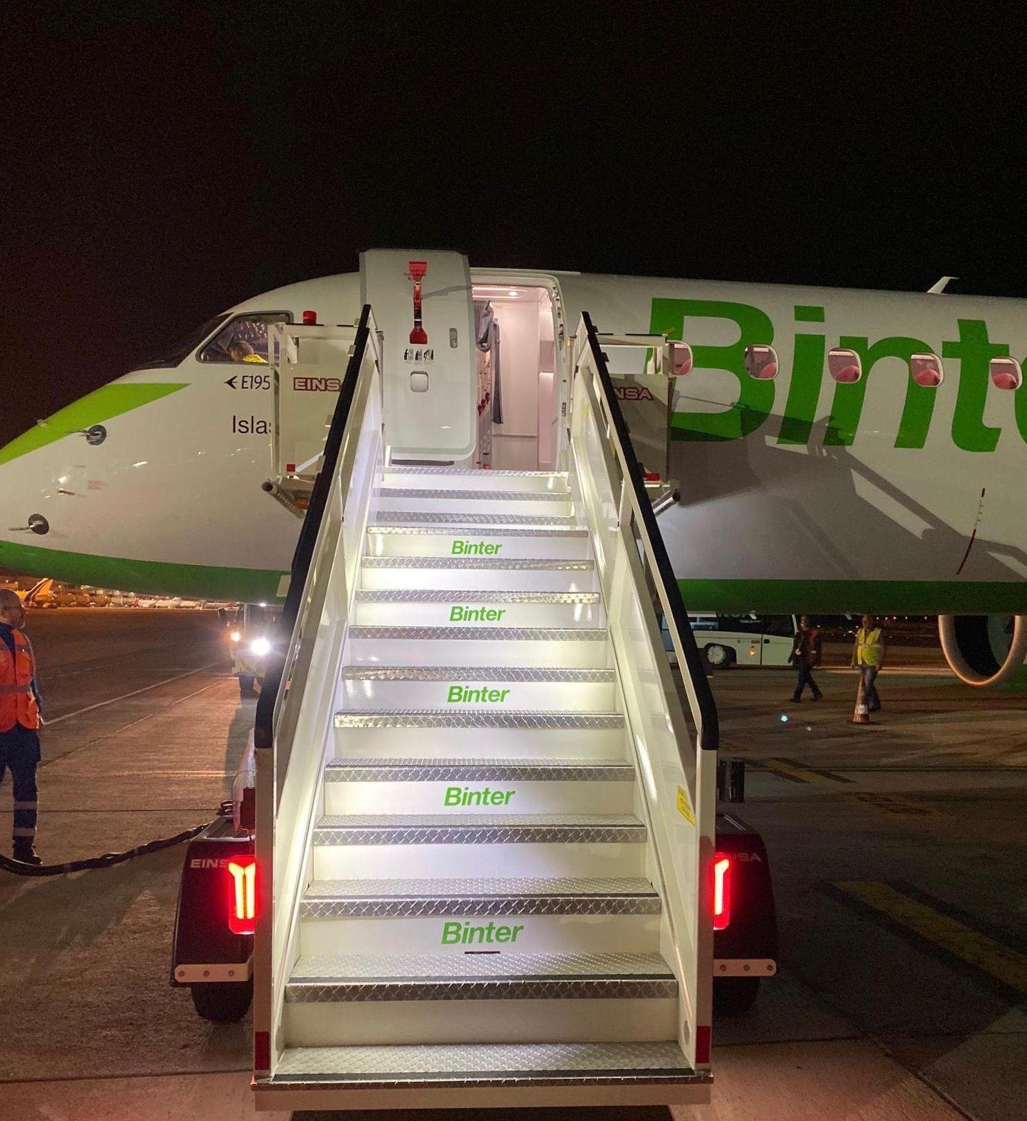 El nuevo avión con la escalera de Binter al costado