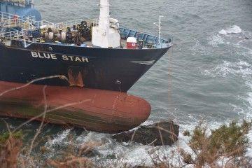 """La proa del buque """"Blue Star"""", en su posición tras la embarrancada"""