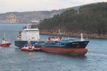 """El buque quimiquero """"Bue Star"""", siendo remolcado a Ferrol"""