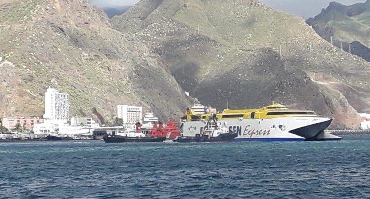"""El catamarán """"Bencomo Express"""", auxiliado por dos remolcadores"""