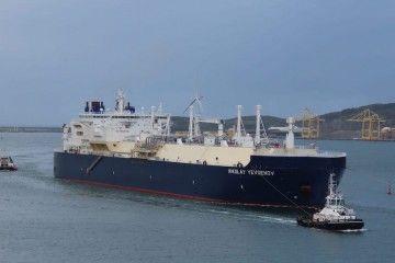 """El buque metanero """"N. Yegenov"""", en la maniobra de entrada a la ría de Ferrol"""