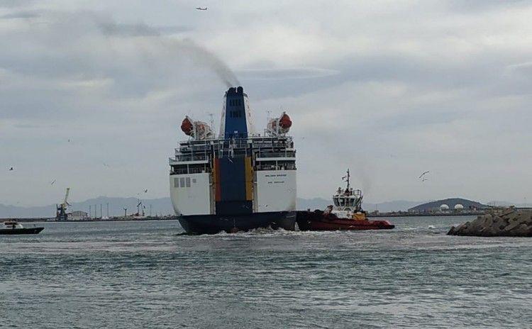 "Un remolcador trata de ayudar al ferry ""Golden Bridge"""