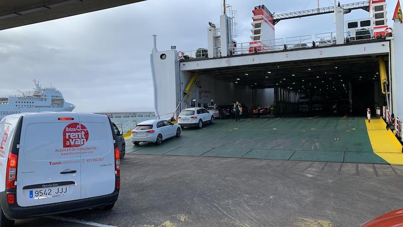 """El pasaje de Belaria embarca en el ferry """"Ciudad de Mahón"""""""