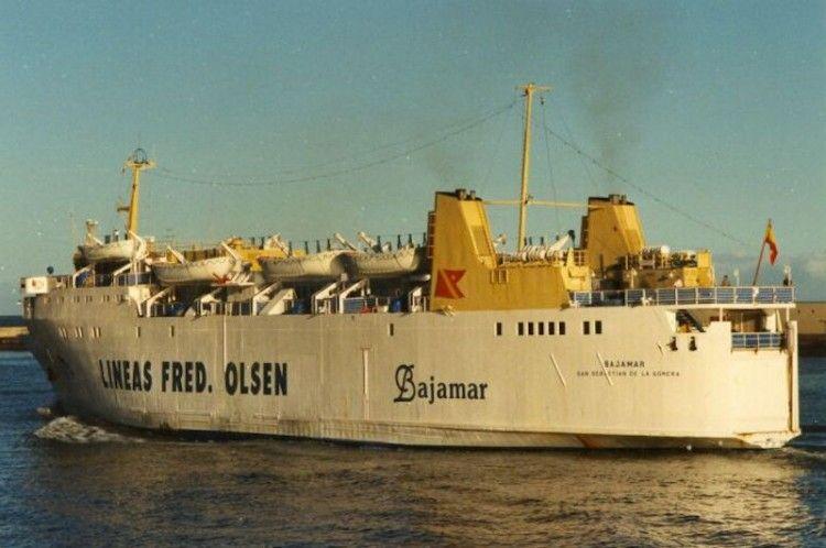 """El ferry """"Bajamar"""", ex """"Benchijigua"""" (2º), zarpa del puerto de Santa Cruz de Tenerife"""