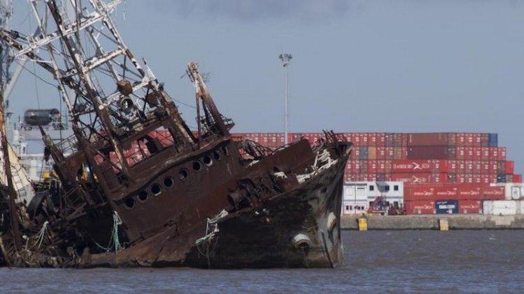 Los barcos llevan diez o más años de abandono en el puerto de Montevideo