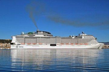 """El buque """"MSC Grandiosa"""", en toda su eslora por estribor, atracado en Palma de Mallorca"""