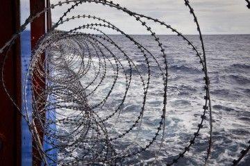Las alambradas, uno de los medios de defensa contra la piratería