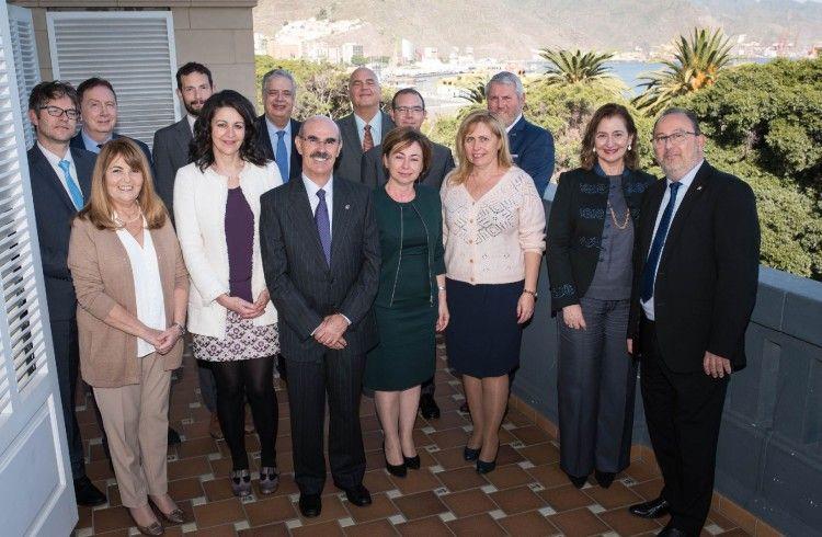 Foto de familia del encuentro del Cuerpo Consular con la rectora y vicerrectora de la ULL