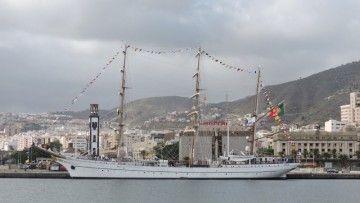 """El buque-escuela """"Sagres"""", en toda su eslora por la banda de babor, atracado en el puerto de Santa Cruz de Tenerife"""
