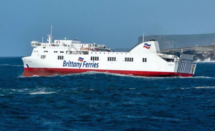 """El buque """"Connemara"""", a su salida del puerto de Santander"""