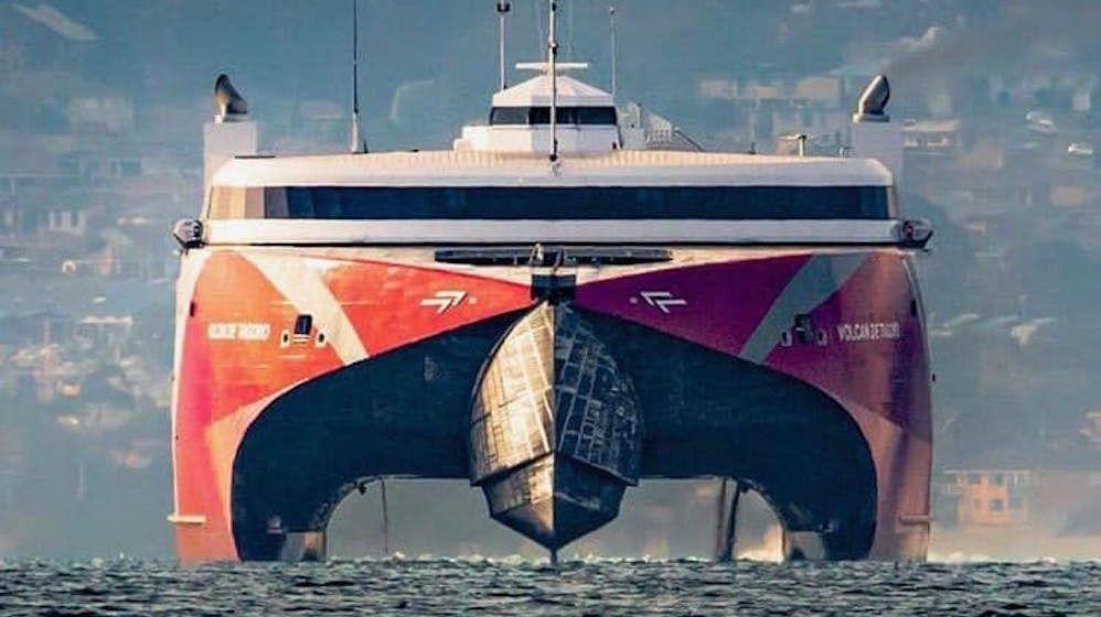 """Vista de proa del impresionante catamarán """"Volcán de Tagoro"""""""