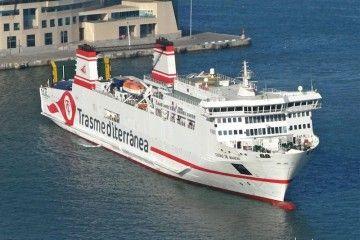 """El buque """"Ciudad de Mahón"""", maniobrando en el puerto de Barcelona"""