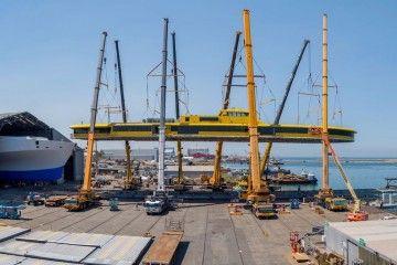 """Fase de izado y colocación de la superestructura del trimarán """"Bajamar Express"""""""