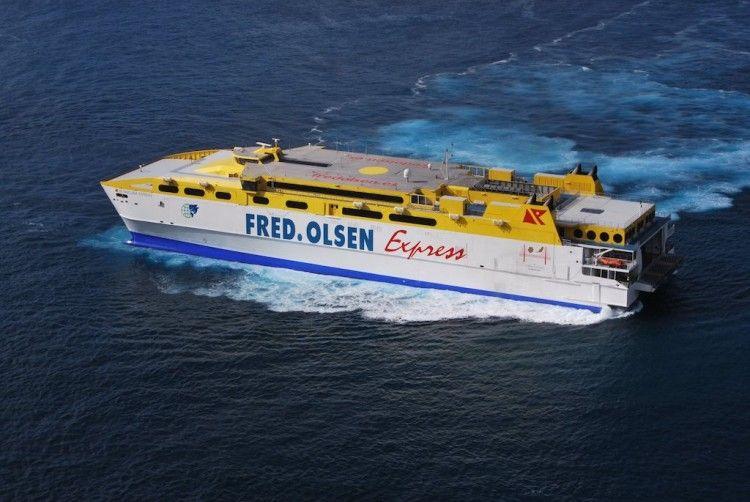 """El catamarán """"Betancuria Express"""", en la maniobra ayer en el puerto de Agaete"""
