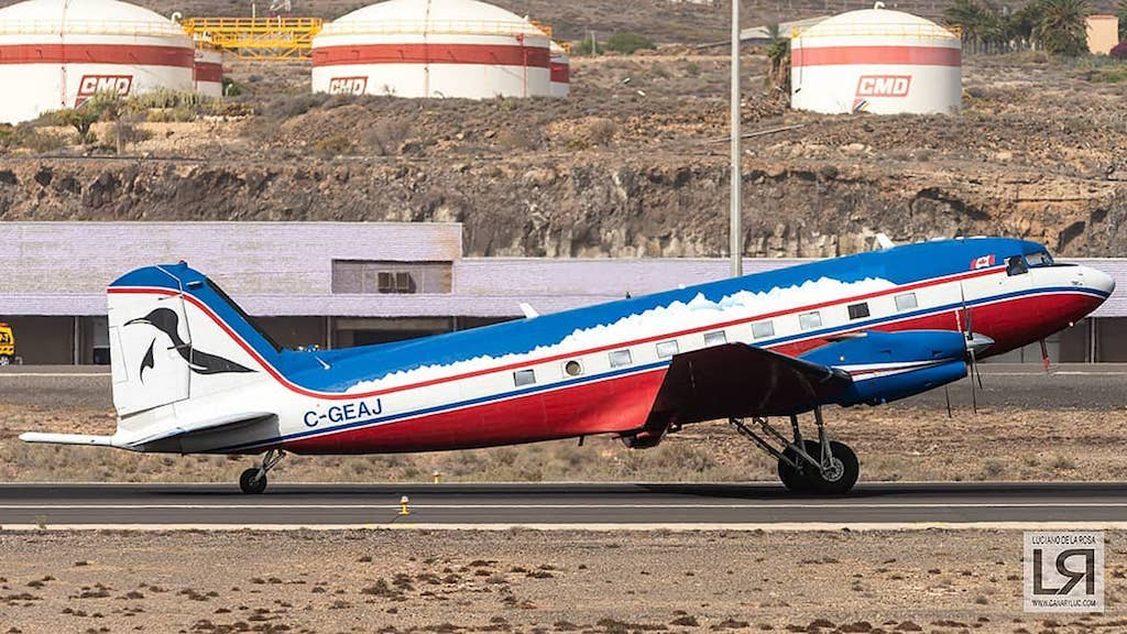 El avión, de propiedad canadiense, rodando por la pista de Tenerife Sur