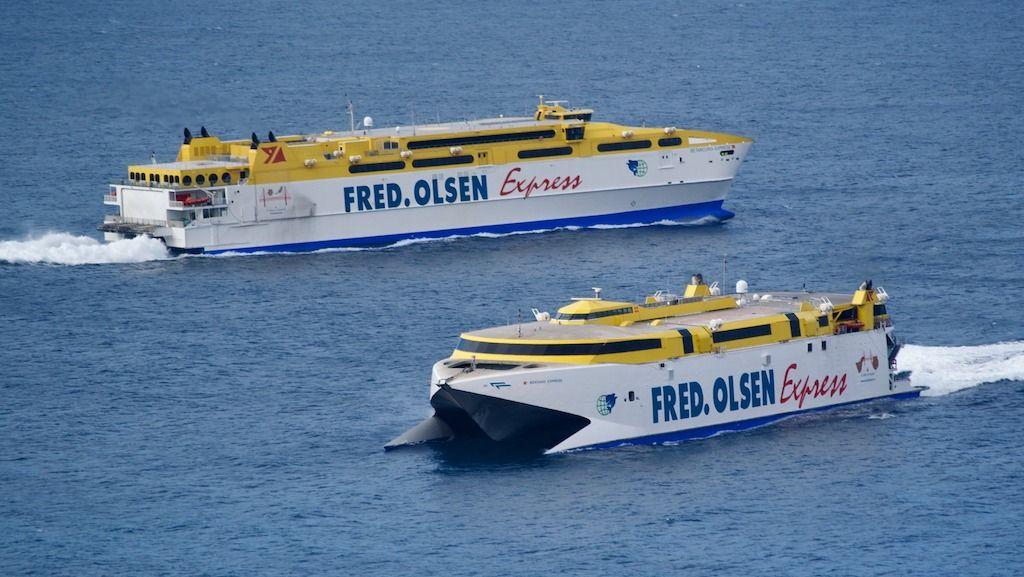 """Cruce de los catamaranes """"Betancuria Express"""" y """"Bentago Express"""" a la salida de Agaete"""
