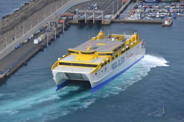 """El catamarán """"Betancuria Express"""" maniobra en el puerto de Agaete"""