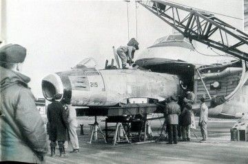 El fuselaje del F-86 Sabre en el intento de entrar en la bodega del Bristol 170