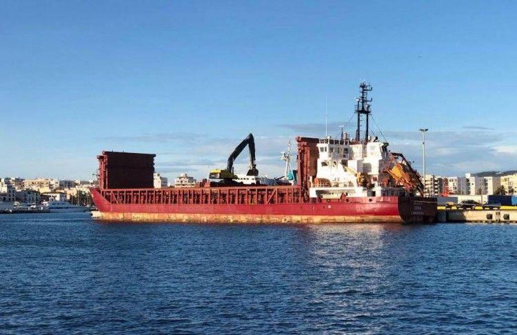 """El buque """"Dina"""", atracado en el puerto de Ibiza, en faena de descarga"""
