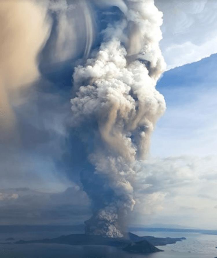 El volcán Taal ha despertado con una impresionante columna de gases y cenizas
